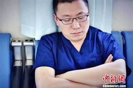 2017年,是郭庚从医的第10个年头,他每天只睡6小时,每年休息不超过15天。 王明宇 摄