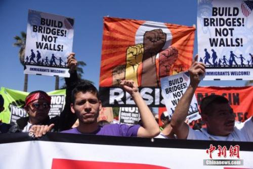 """当地时间5月1日上午,美国洛杉矶举行规模盛大的""""五一大游行"""",民众手举标语、高呼口号,表达自己的诉求。 <a target='_blank' href='http://www.chinanews.com/'>中新社</a>记者 张朔 摄"""