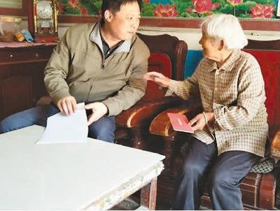 图为河南省外侨办国外处工作人员对口扶贫入户帮扶。