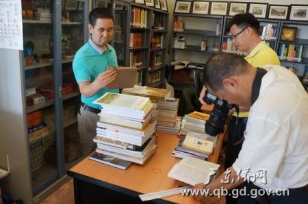 访问团在万隆华族历史纪念馆拍摄侨史资料。