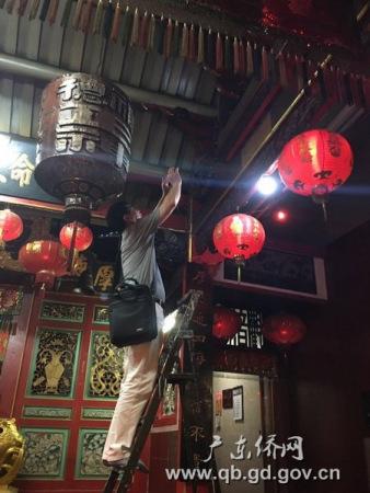 访问团在三宝垄华人庙宇收集侨史资料。