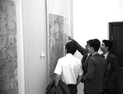 """马耳他中学生观看""""敦煌艺术文献展""""。 左 晖 摄"""