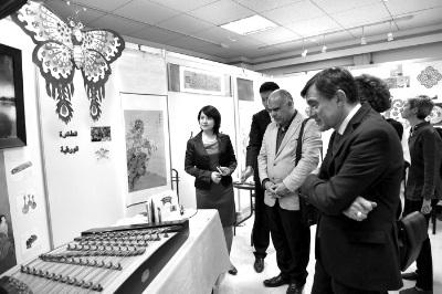 """在第二届""""丝路书艺・三国书法笔会""""上,各国书法家参观开罗中国文化中心中国小屋。唐修梵 摄"""