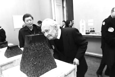 """在巴黎中国文化中心举办的""""丝路长・宴四方――中国饮食器物设计文化展""""上,法国著名汉学家汪德迈对展品表示出浓厚兴趣。"""