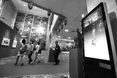2015年11月7日,新加坡中国文化中心揭牌。当日,当地观众走进中心参观。 本报记者 陈 曦 摄