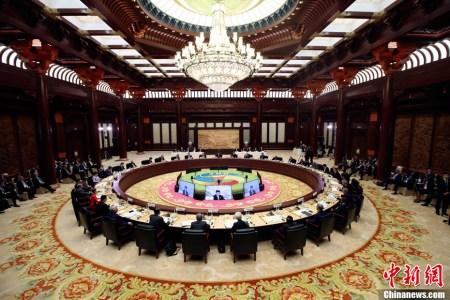 """5月15日,""""一带一路""""国际合作高峰论坛在北京雁栖湖国际会议中心举行圆桌峰会。中新社记者 盛佳鹏 摄"""