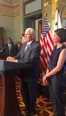 白宫举行亚太裔传统月庆祝招待会,副总统潘斯(中)、运输部长赵小兰(潘斯左后)、维尔玛(右)出席致词。(美国《世界日报》/莫天成供图)