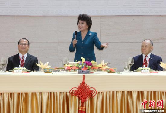 5月24日,国务院侨务办公室主任裘援平(中)在北京会见香港中华总商会访京团一行。中新社记者 张宇 摄