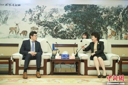 5月25日,中国国务院侨办主任裘援平在北京会见加拿大国会议员、加中议会协会共同主席谭耕。 中新社记者 盛佳鹏 摄