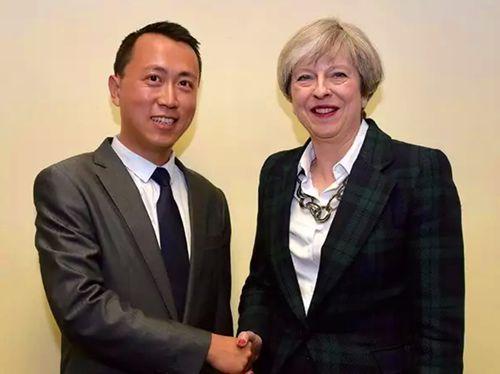何易与英国首相特雷莎·梅合影。(《欧洲时报》英国版微信公众号 图片来源:受访者供图)