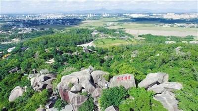 万宁东山岭景色秀丽,岭上有多处古迹和庙宇,为省重点保护文物.