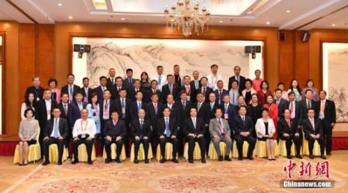 6月9日,参加第十五届东盟华商会的与会人员合影。中新社记者 任东 摄