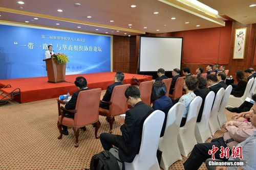 """6月12日,第二届世界华侨华人工商大会""""一带一路""""与华商组织协作论坛在北京举行。图为俄罗斯中国和平统一促进会常务副会长原毅在论坛上发言。 中新社记者 崔楠 摄"""