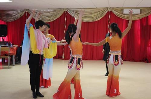 约堡华星艺术团成员接受舞蹈培训