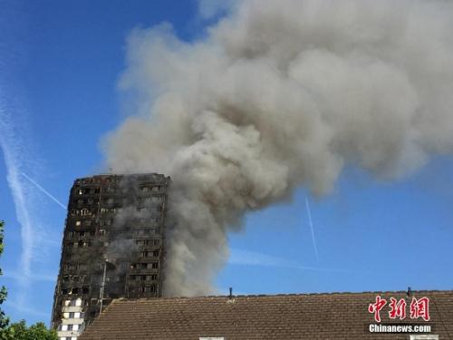 当地时间6月14日凌晨,伦敦西部一栋20余层的公寓大楼发生大火,约200名消防员和数十辆消防车前往灭火,火灾现场浓烟滚滚。