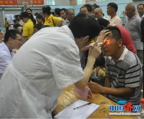 图为医生为归侨侨眷检查眼睛。林浩 摄