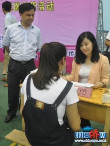 图为广西为侨服务法律顾问团律师提供咨询服务。林浩 摄