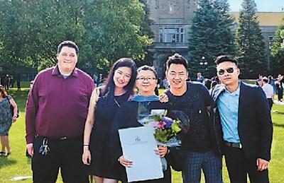 图为捏捏(左三)与留学时的好朋友在毕业典礼上。