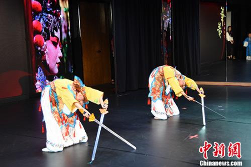 小学员们现场表演《苏三起解》、《三家店》、《卖水》、《定军山》、《贵妃醉酒》等京剧选段。 中新社记者 张朔 摄