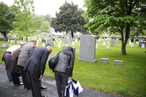 毕业前夕,柯立人和家人前往温应星在西点军人公墓内的墓碑前致意。(美国《世界日报》/洪群超 摄)