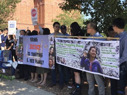 法庭外的声援学生与民众。(美国《世界日报》/黄惠玲 摄)