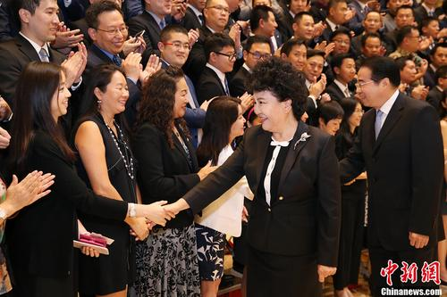 图为国务院侨办主任裘援平与代表握手。<a target='_blank' href='http://www.chinanews.com/'>中新社</a>记者 韩海丹 摄