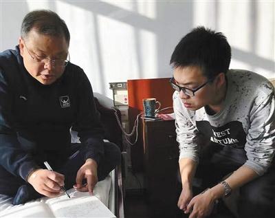 黄大年在病房里给学生王泰涵讲课。周文月 摄