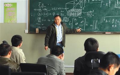 2011年4月10日,黄大年在为吉林大学的学生们授课。新华社发