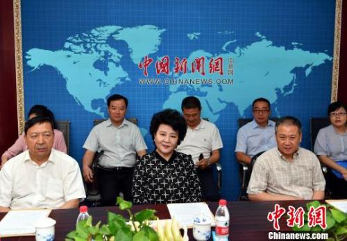 国务院侨办主任裘援平(中)到中新社新疆分社调研。 刘新 摄
