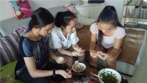 营员们开心地学起了包饺子