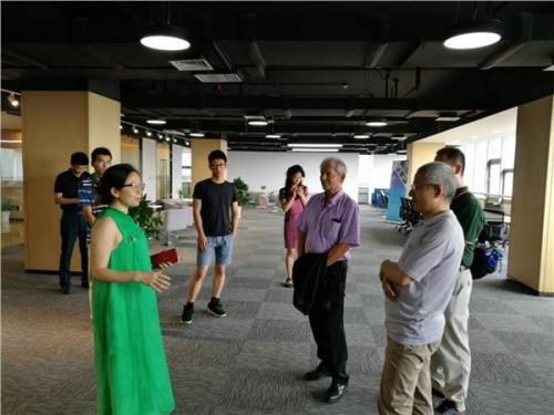 侨梦苑中美科创中心董事长姚依娜女士向来宾介绍中心运行情况及发展规划