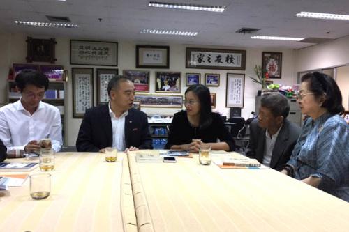 贾益民与泰国留学中国大学校友总会主席罗铁英等座谈交流