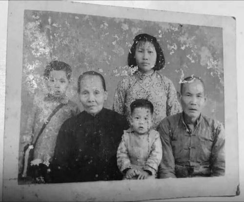 1960年,卢胜来(卢联金父,右一)独自回乡探望女儿卢爱枝(左二),拍下这张珍贵的相片。后排、左一、左三分别为卢爱枝女儿林凤、外孙女、小外孙。(图片来自受访者)