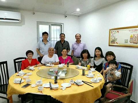 卢联金父女和亲人相聚。(图片来自受访者)