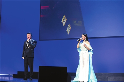 韩磊、王小小联袂首唱《深圳·故乡》引起全场共鸣。