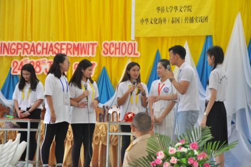 实践队员表演小品《留学中国》