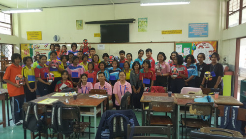 学生们学习绘制中国脸谱