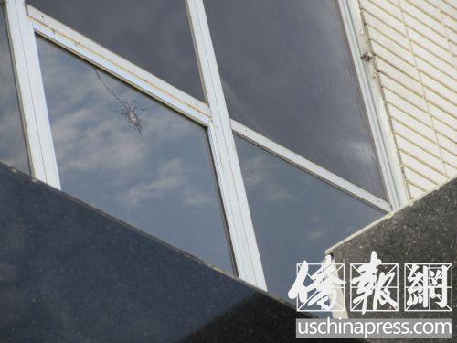 门上方的玻璃窗上的弹孔(美国《侨报》/翁羽 摄)