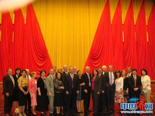 2013年9月陪同美国犹他州参、众两院议长联合率领的议会代表团访问北京期间与代表团在人民大会堂合影(右二为乐桃文)。