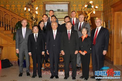 2015年10月陪同中国驻美大使崔天凯伉俪一行六人在犹他州州长官邸与州长会谈后合影(中间排右二为乐桃文)。