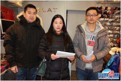 图为法国华助中心工作人员探望在巴黎陷入困境的中国留英学生王同学(右)。