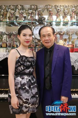 80后钢琴家黄子芳与师傅(图片均由作者提供)