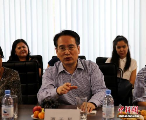 """8月10日,中国国务院侨办副主任谭天星走访阿拉木图市哈中国际语言学院,并向该学校赠送""""华星书屋""""牌匾。中新社记者 文龙杰 摄"""