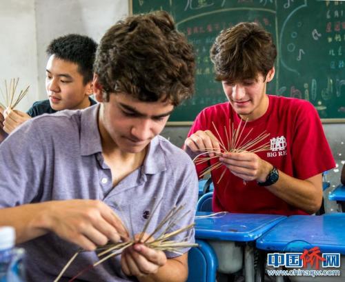 美国学生用草编杯垫,对他们来说有点儿难。