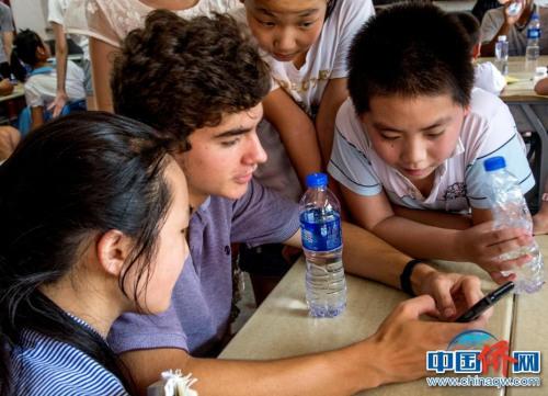 美国学生跟中国学生分享照片