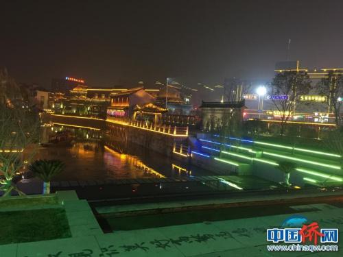 图为作者拍摄泰州稻河古街区夜景。街面上有民间书法高手用拖把蘸水书写的格言警句。(图片均由作者提供)