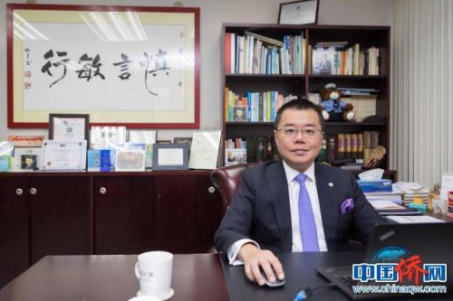深圳前海管理局香港事务首席联络官洪为民在位于香港金钟办公室内
