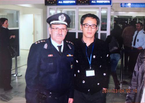 吴旭辉和希腊警察在希腊机场的合影