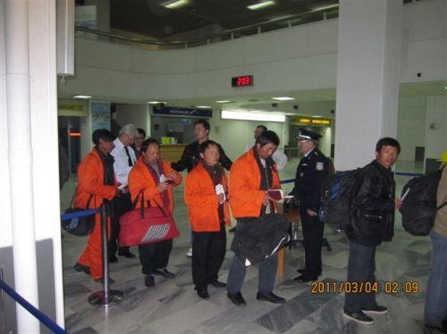 利比亚撤侨侨民排队登机