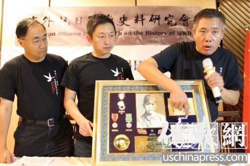 史料研究会名誉会长刘磊向与会者阐述史料的内容。(美国《侨报》/陈勇青 摄)